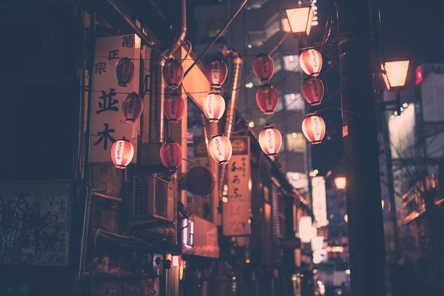 giappone-strada-tokyo-lanterne-viaggio