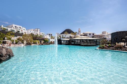 The-Volcan-Lanzarote-hotel-con-piscina